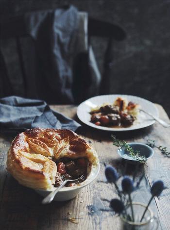 牛肉のシチューの上をパイ生地で覆って焼き上げるギネスパイ。市販のパイ生地を使えば、お手軽に豪華なお料理に仕上がります。パイ生地を好きな模様にカットして飾りにしてみるといいですね。