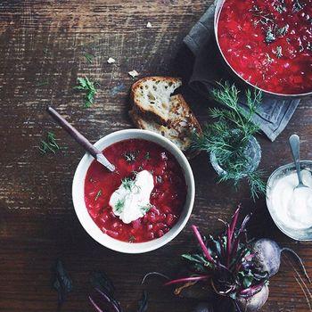 ロシアのお料理で有名なボルシチには、さまざまなレシピがあり、おうちによっても味わいに違いがあると言われています。MISAさんのレシピは、お肉はいれず、お野菜だけで作っているので軽い仕上がりに。りんご酢をプラスし、幅のある味わいとさっぱり感のある美味しさが楽しめます。