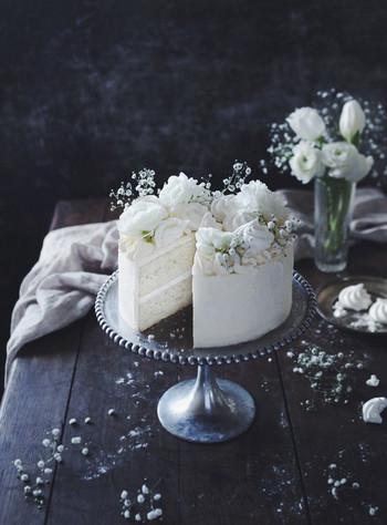 中のスポンジ部分も卵白だけを使って作る真っ白なケーキは特別なお祝いにふさわしい、特別なケーキです。トッピングもアラザンや白いお花を使って、清楚でありながら豪華というイメージを上手に作り出しています。