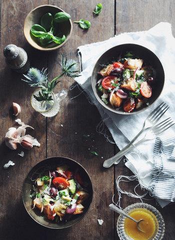 すこし固くなったパンをアレンジするイタリアのパンザネーラというサラダボウル。カラフルなお野菜をさまざまなかたちにカットして食べごたえをアップしています。濃色のうつわをチョイスすると、鮮やかなお野菜の色味を強調できます。
