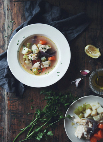 お魚とお野菜から出汁をとったシンプルなギリシャのスープ、プサロスパ。塩とオリーブオイル、レモン汁というあっさり目の味わいで、疲れた胃にも美味しくいただけます。ベーシックな白い器でいただきたくなるスープです。