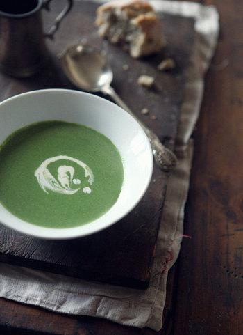 ほうれん草が苦手な人でも生クリームと合わせてスープ仕立てにすると美味しく食べられるということ、ありますよね。最後に生クリームをたらりと回しかけると、見栄え良く、美味しそうに出来上がります。