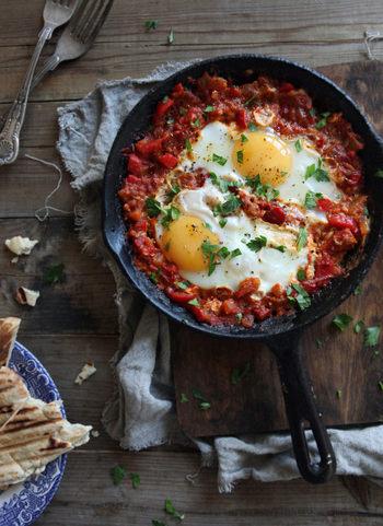 シャクシュカというとてもカワイイ名前のお料理は、中近東でよく食べられているもの。トマトソースの上に卵を割り落したら、アツアツのところをスキレットのままでいただきましょう。