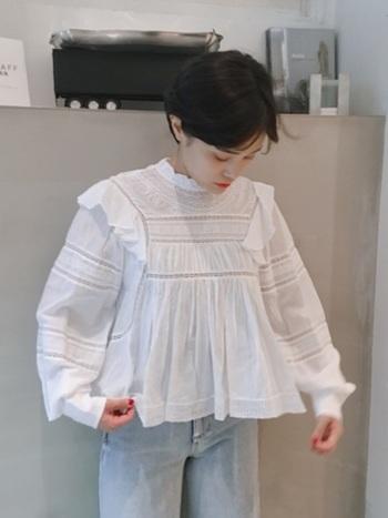フリルがあしらわれた可愛いシャツは、ショートヘアだからこそ着こなせる1枚。 ショートヘアだとフリルのシャツも可愛くなりすぎず、うまくバランスが取れます。凝ったデザインのシャツなので、シャツ1枚でコーデが仕上がります。