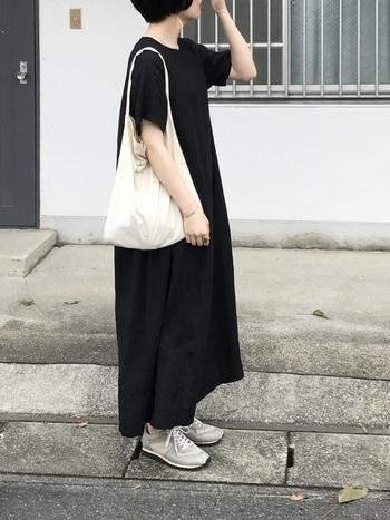 黒いワンピースは重い印象になりがちですが、 涼しげなSIRISIRIの大きめピアスや、アクセサリーをうまく使って大人シンプルコーデに。 ショートヘアなので、首元とピアスをうまく見せて軽さとおしゃれさを出しています。
