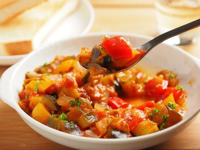はじめにご紹介するのは、パプリカ&玉ねぎのカット野菜にズッキーニとナスを加え、トマトの水煮で煮込むだけで簡単に作れるラタトゥイユです。様々な野菜が入ったラタトゥイユは彩も美しく、夏の食卓におすすめの一品。副菜としてそのままではもちろんのこと、トーストにのせたり肉料理のソースにしたりと、いろいろなアレンジ料理も楽しめますよ◎。