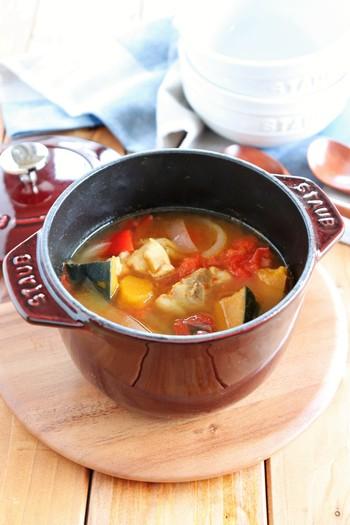 こちらはパプリカ&玉ねぎのカット野菜に、鶏モモ肉・トマト・かぼちゃを加えて、STAUBで煮込むだけの簡単スープレシピです。彩の綺麗な具だくさんのスープは、夏野菜がたっぷり入って栄養満点の一品。朝食やお夜食にもおすすめです。