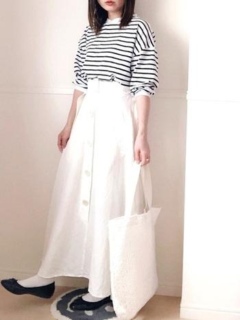 お次はボトムスにホワイトのロングスカートを合わせて、白い面積を多めに。軽やかで清楚な印象に仕上がりますね。