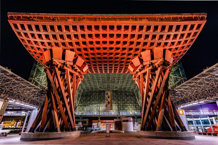 石川県最大の都市、金沢。兼六園や金沢城など歴史を感じる伝統美だけでなく、現代アートにも開かれたまちです。写真は金沢の伝統芸能、能楽の鼓をモチーフにした金沢駅のシンボル・鼓門。このエリアからは「湯涌温泉」「犀川温泉」「深谷温泉」の3箇所をご紹介します。