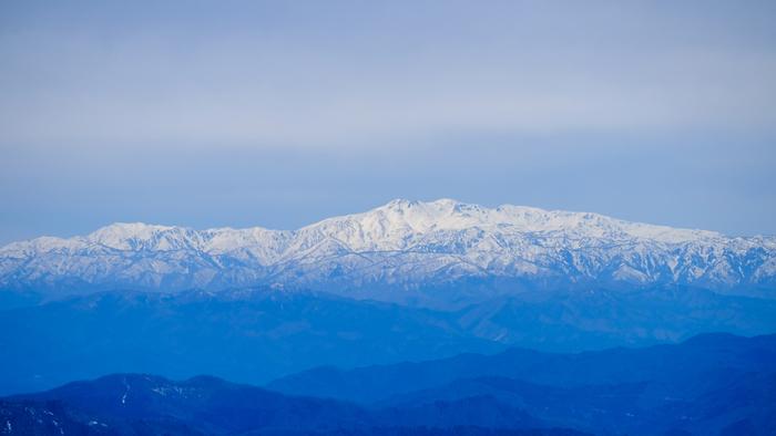 白山は、富山県、石川県、福井県、岐阜県の4県にまたがる雄大な両白山地の、中心にして最高峰。富士山、立山とならぶ日本三霊山のひとつとして信仰の対象とされてきました。海辺から内陸に大きく広がるこのエリアからは「白峰温泉」「白山一里野温泉」「美川温泉」の3つをご紹介します。