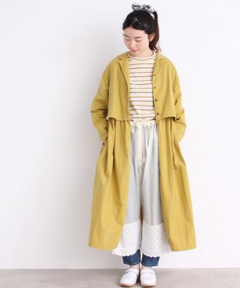 春らしい明るいカラーが可愛いシャツワンピース。ボタンを留めるとスプリングコートのようなシルエットを楽しめますよ。ボトムスにパンツやレギンスを組み合わせることで冷え対策にもなります。