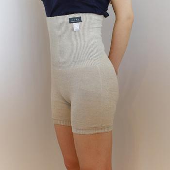 麻・コットン・シルクで作られた「腹ぱん」もインナーとしておすすめです。涼しいコーディネートを楽しみたいけれど、冷えるのが怖い方の強い味方です。無縫製で縫い目がなく、肌に触れる内側がシルク素材になっているので、肌にも優しくストレスフリーで着ることができますよ。