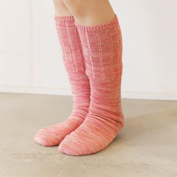 春夏の冷えが気になる方は、コーディネートの中にも冷え対策アイテムを取り入れてみましょう。こちらの靴下は、シルクとウールを組み合わせた4枚1セットの「冷えとり靴下」です。サマーセーターなどに用いられる、梳毛(そもう)ウールが使われており、汗をかいても水分を外に出してくれます。