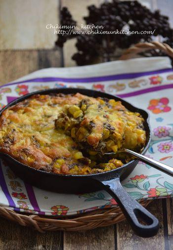 コーンをたっぷり使った卵1つでできるオープンオムレツ。具材はとうもろこしとひき肉、卵だけなので、コーン缶を使えば包丁要らず♪おつまみにもぴったりなスパイスが効いたパンチのある一品です。