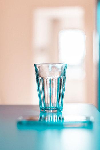 これらをまとめると、体に良い水分補給のポイントは、「喉が渇く前」に「こまめに飲む」こと。水分が足りない状態を作らない、常に体が潤っている状態を作るのが理想です。