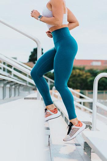 運動をして汗をかくのは体内にこもった熱を発散するためで、熱が溜まりすぎると、体を思うように動かせなくなります。ですのでパフォーマンスを維持するためにも、汗で失った水分を補給することが大切です。