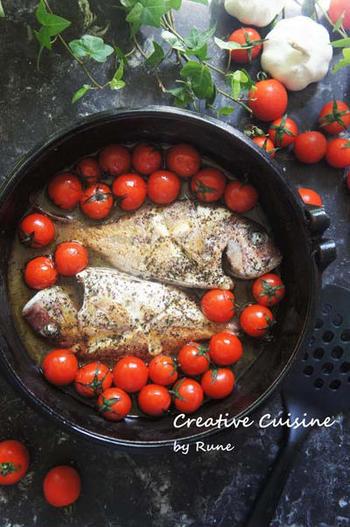 フライパンごと食卓に登場させたい「小鯛とプチトマトのアクアパッツァ」。スパイスとプチトマトの甘み、小鯛の旨味がスープに染み込み美味しくて見た目も可愛い一品に。