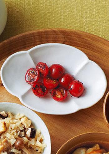 カットしたプチトマトをゆかりで和えるだけの簡単レシピ。今までなんで気づかなかったんだろうと後を引く美味しさです。