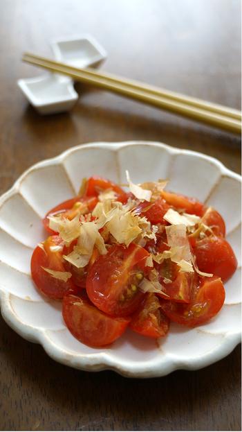 プチトマトにおかかと醤油をかけただけ。ただそれだけなのにお互いの相乗効果でとっても美味!あと一品欲しい時のオススメレシピです。