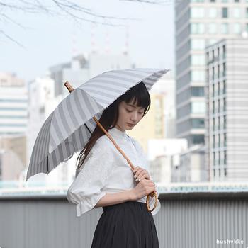 """日傘は、紫外線カット効果が高い""""黒い日傘""""やUV加工したタイプを選ぶのが◎。綿や麻などの天然素材なら日傘の内側まで熱くなりにくいので快適です。"""