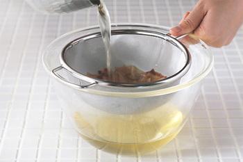 最後に、ザルを使って漉します。目の細かいザルであればそのままでも大丈夫だと思いますが、粗いものならキッチンペーパーや漉し布を使用するとキレイに仕上がります。 より丁寧に作りたい時には、大きめのボールに氷水を入れ、出汁を冷やすことをおすすめします。(温かい温度帯が続くと雑菌が生えやすいため)