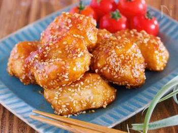 仕上げに白ごま入りの甘酢を絡めた鶏のから揚げレシピ。むね肉を使ううえ、フライパンで揚げ焼きにするのでお手軽です。濃いめの味で冷めても美味しいので、お弁当にもぴったり!