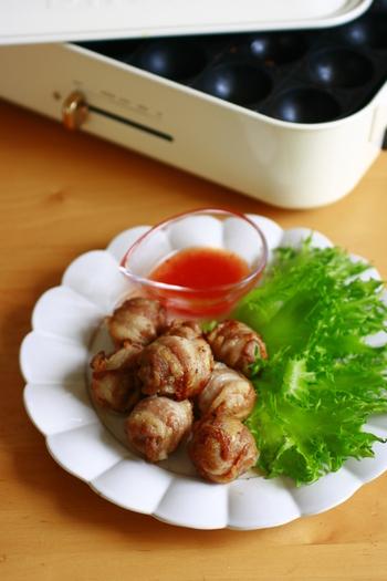 プチトマトを薄切りの豚バラ肉でくるくる巻いて焼いただけの簡単レシピ。肉汁とトマトの酸味がとっても美味しい!つけダレのスイートチリソースがなかった場合は塩胡椒でも◎。甘くてジューシーで美味しいレシピです。