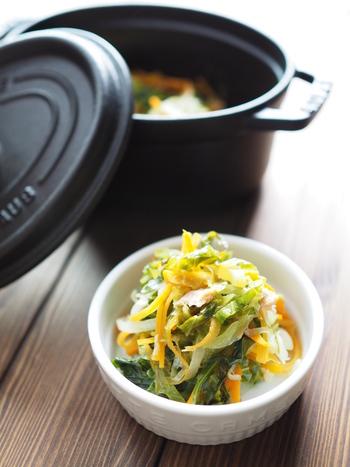 キャベツ・玉ねぎ・人参にツナ缶を加えて、ストウブで約10分加熱するだけであっという間に美味しい副菜が完成です。ツナ缶の代わりにベーコンを使用しても◎。普段の食卓はもちろんのこと、お弁当のおかずにもおすすめです。