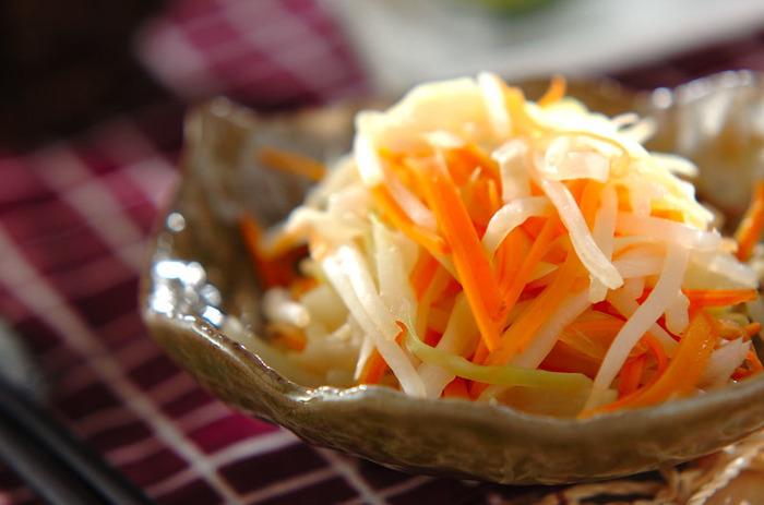 こちらはキャベツ・玉ねぎ・人参・もやしなどの野菜を、甘酢で和えた簡単&ヘルシーな一品です。さっぱりとした味付けなので、混ぜご飯や炊き込みご飯、こってりとした味付けの煮物とも相性抜群です。