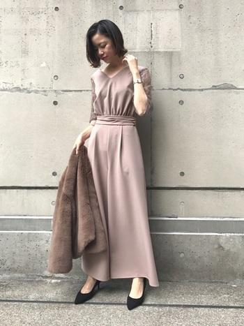 一見するとロング丈のワンピースに見えるこちらも、実はパンツスタイル。 裾がたっぷり広がっているので、エレガントな印象になります。 ウエストの位置が高めでスタイルアップ効果もあり、女性らしさと動きやすさの両方を叶えてくれる一着です。