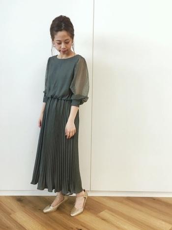 普段カジュアルな服が好みの方には、全体のバランスが取りやすいロング丈のワンピースがおすすめです。 袖部分にふわっとボリュームがあり透け感のあるものは、二の腕を見せたくない方にもおすすめのデザイン。