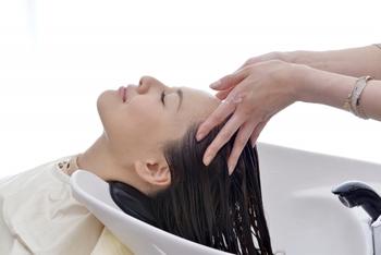 洗う時は、爪を立てると頭皮が傷ついてしまうので、指の腹で地肌をマッサージするように頭皮を中心に洗っていきましょう。予洗いがしっかりできていれば、髪の毛自体の汚れは泡で撫でるくらいで十分だと言われています。