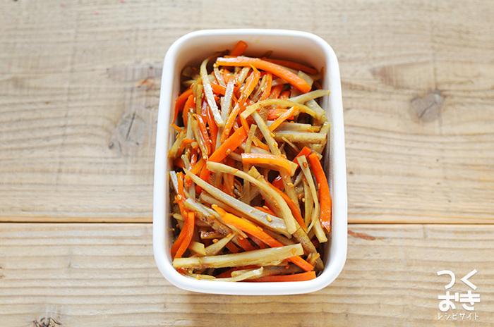こちらは和食の定番、きんぴらごぼうのレシピです。冷蔵保存で一週間日持ちするので、お弁当の作り置きおかずにぴったりの一品。調理時間15分で簡単に作れるので、晩ご飯のおかずにもおすすめです。