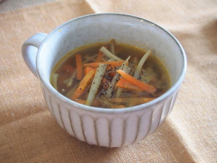 こちらは皮付きのごぼうと人参でつくる風味豊かなスープレシピです。ごぼうと人参を炒めて、コンソメで味付けするだけで簡単に作ることができます。調理時間約15分で完成するので、忙しい朝にもおすすめですよ◎。