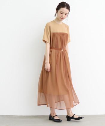 くすんだオレンジに近いベージュカラーは、優しくて大人っぽい雰囲気。 ベルトでシルエットを調整できるので、形を変えるアレンジも楽しめます。 また、半袖なので羽織ものが必要なく、二の腕も隠れる丈なので着やすいデザインになっています。