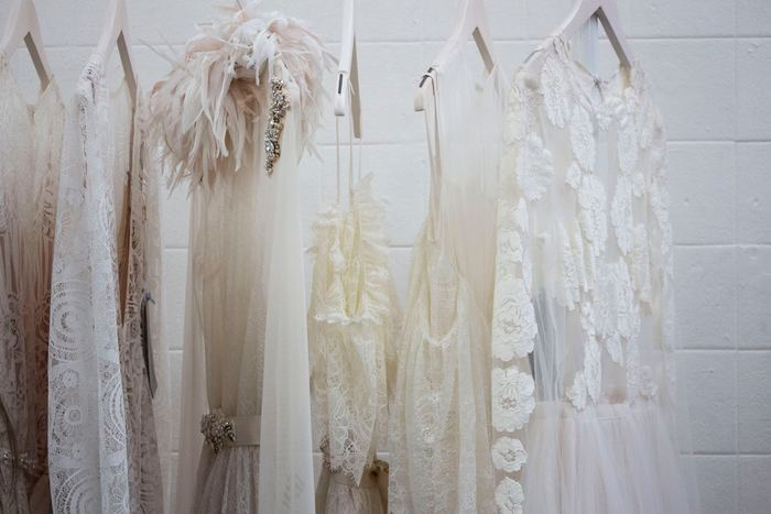 結婚式の主役は、あくまで花嫁です。花嫁の色とされる白をワンピースやドレスに選ぶのは避けましょう。また、全身を黒で統一したコーディネートも「喪服」を連想させるためNGです。黒いワンピースやドレスの場合、アクセサリーや靴などの小物に明るい色を選んで、華やかになるようコーディネートしましょう。