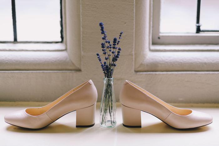結婚式コーデは、足元にも注意が必要です。靴はつま先が隠れるものを選び、カジュアルになりすぎないために、ヒールの高さが3cm以上あるものを選びましょう。また、黒のストッキングやタイツ、生足や靴下もNG。ベージュのストッキングか、ラメの入ったタイツなどを選びましょう。