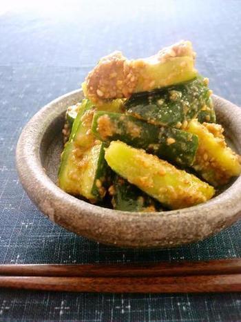 きゅうりを叩いて和えるだけの簡単副菜。味噌ベースの甘めのごま味噌は、ごまの風味たっぷりでクセになります。あと一品にはもちろん、おつまみにもどうぞ。