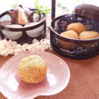 ごまのお菓子の定番、ごま団子。中華料理屋の定番メニューを揚げたて熱々で頬張れるのは嬉しいですね!白玉粉などシンプルな材料や作り方で作れるので、ぜひ試してみてください。