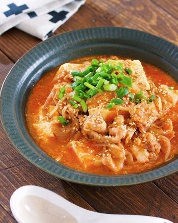 コチュジャンでピリ辛に仕上げた、食べごたえのある韓国風スープです。重ねて煮るだけと簡単!手頃な食材でボリュームたっぷりのスープが作れるのも嬉しいですね。