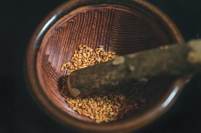 ごまは良質のたんぱく質や脂質、ビタミン、ミネラル、食物繊維などが豊富な優秀食材。振りかけるだけなど気軽に使えて、不足しがちな栄養がバランス良く摂れるなんて便利ですよね。すりごまにすることで、さらに吸収力もアップするんだとか!ごまを使ったレシピを紹介するので、積極的に献立に取り入れてみましょう。