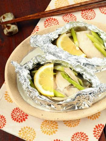 旬の脂がのったカジキを使うなら、あっさり味のホイル蒸しにしてみても。材料がシンプルで簡単に作れるので、忙しい時でも作りやすい魚料理です。