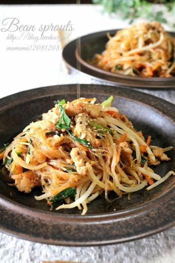 こちらは日本でも大人気の韓国料理、チャプチェを和風に味付けしたヘルシーメニューです。ニラ・もやし・玉ねぎ・人参など、お野菜がたくさん入って栄養満点の一品。食べる直前にごま油をかけると、より美味しくいただけるそうですよ◎。