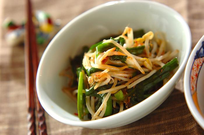 ニラともやしを熱湯で茹でて、酢・醤油・ごま油で和えるだけの簡単レシピです。シンプルな味付けなので、ボリュームのある丼ものや、こってりとした味付けの炒め物とも相性抜群です。