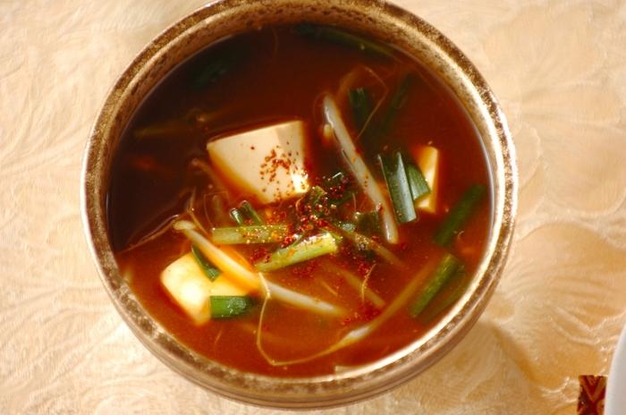 和食の定番のみそ汁も、コチュジャンと唐辛子を加えれば韓国風のおしゃれなスープに。ピリ辛風味のみそ汁は、先ほどご紹介したチャプチェやチヂミとも相性抜群です。