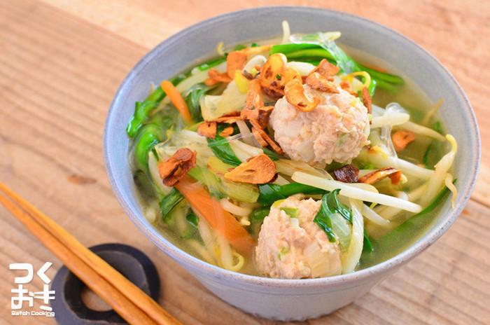 ナンプラーをベースにエスニック風に味付けした鶏だんご春雨スープは、ニラ・もやし・人参・ニンニクなどお野菜がたくさん入って栄養満点の一品。あらかじめ作り置きしておいた鶏団子を使うと、短時間で美味しいスープを作ることができます。ぜひ「茹で鶏だんご」のレシピも合わせてご覧ください♪