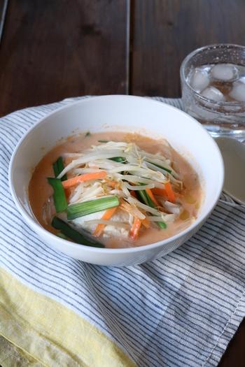 こちらは電子レンジで簡単に作れる韓国料理、スンドゥブチゲのレシピです。耐熱容器に豆腐とカット野菜、調味料を入れて加熱するだけで、あっという間に美味しい韓国料理が完成しますよ◎。