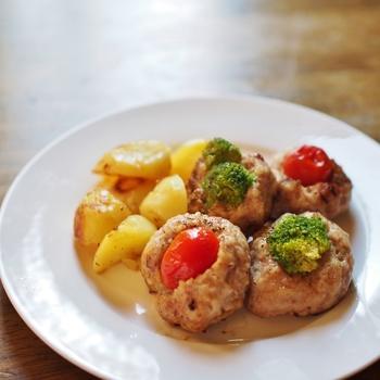 プチトマトやブロッコリーを包み込むことで栄養価も上がりカサ増しにもなるミニハンバーグ。お弁当にもオススメです。