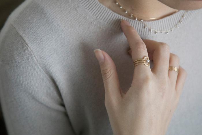 ピンクゴールドのリングも、色白な人にぴったりです。 デザインが特徴的なものを選んでも、色が馴染んでいれば、浮かずにおしゃれに見えます。