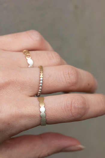 指が短いのが気になるという人は、V字ラインや、ウェーブのリングが似合います。 デザイン性のないリングは合わないので、デザイン性のあるものを選びましょう。